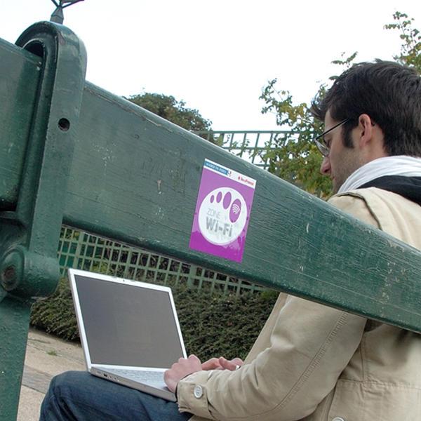 Des bornes Wifi en libre-service dans les parcs parisiens