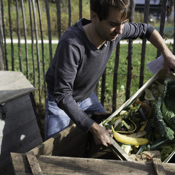 Un habitant composte ses déchets organiques