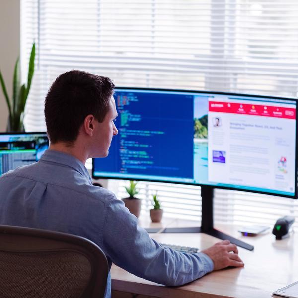 Un employé travaillant sur ordinateur