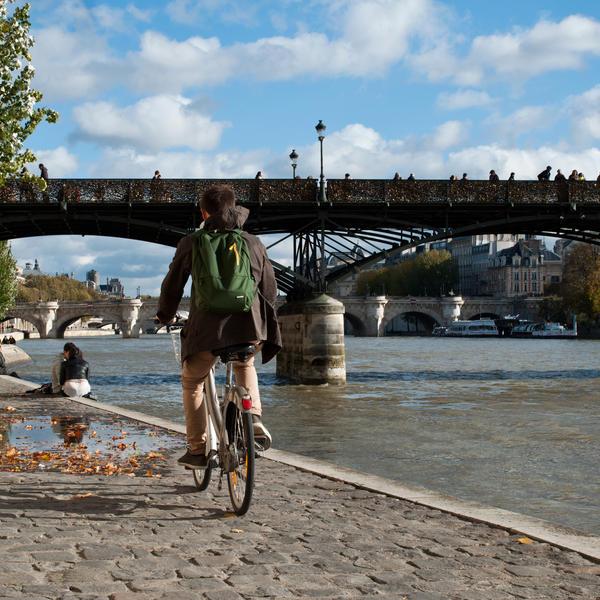 Personne à vélo sur les bords de Seine