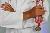 Docteur avec un stéthoscope. Crédit photo : Martin Brosy sur Unsplash