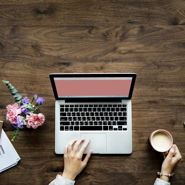 Photo d'une femme et de son ordinateur portable