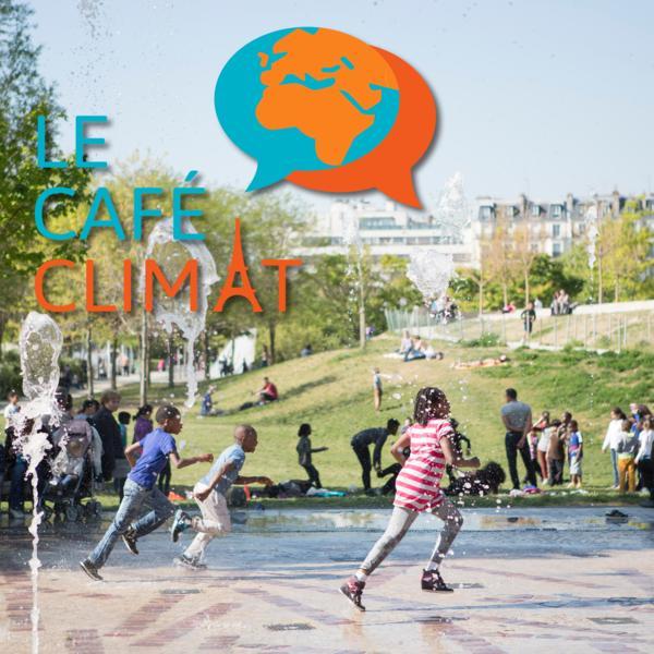 Des enfants courent dans une fontaine d'eau à Paris