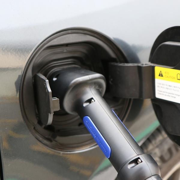 Une voiture électrique en rechargement